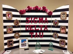 ΣΔT display inspiration ~ love the photo frames on the trifold board. This looks so nice! Tri Fold Poster Board, Poster Board Ideas, Poster Boards, Recruitment Themes, Sorority Recruitment, Sorority Sugar, Sorority Life, Sorority Crafts, School Projects
