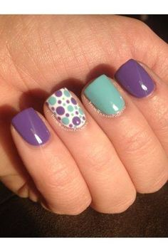 Decorado de uñas en tono menta y lila