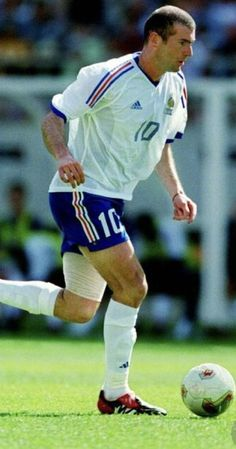 Zinedine Zidane of France in action at the 2002 World Cup Finals. Uefa European Championship, European Championships, 2002 World Cup, Fifa World Cup, Football Is Life, Football Players, Zinedine Zidane Real Madrid, World Cup Final, Uefa Champions League
