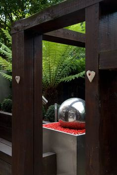 This stainless steel water feature allows for a reflection of the space similar to victorian gazing balls #waterfeature #stainlesssteel #pergola #moderncourtyard
