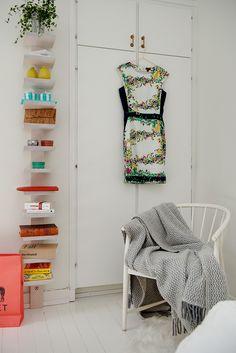 Två inbyggda garderober erbjuder god förvaring