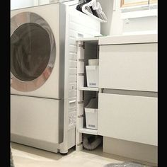 女性で、4LDKの隙間収納DIY/洗面所 棚/洗濯機/洗面所/こどもと暮らす/犬と暮らす…などについてのインテリア実例を紹介。「見栄えしない画像続きですみませーん(。•́ - •̀。) キューブ洗濯機に見合う洗面所作りプロジェクト!!←えっ??いつからそんなんはじまったの?って(●´艸`●)笑 洗濯機と洗面台の隙間はこんな感じ♪ 珍しく壁には穴を開けず、1番上の天板だけしっかり柱に固定しました。 下の2段は排水管、お掃除などを考えてL字金具にのせてるだけの可動式棚に。 ダイソーのフォルダー入れを設置し上はゴミ箱、下はワンちゃんがいるので、毎日使う濡れ雑巾の仮置き場として使用しています!」(この写真は 2016-05-10 15:55:41 に共有されました)