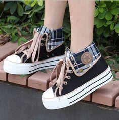 Moda Sneakers, Sneakers Mode, Sneakers Fashion, Fashion Shoes, Fashion Outfits, Pretty Shoes, Cute Shoes, Me Too Shoes, Kawaii Shoes