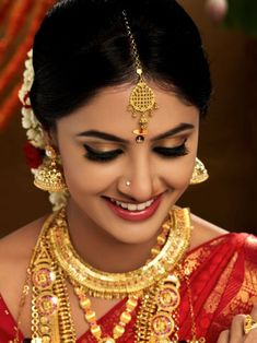 such a gorgeous bridal makeup for wedding. its amazing bridal look. its for kerala wedding makeover. Indian Bridal Makeup, Bridal Makeup Looks, Indian Bridal Fashion, Bridal Looks, Bridal Beauty, Bride Eye Makeup, Wedding Makeup, Wedding Hair, Kerala Bride