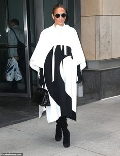 Jennifer Lopez cuts chic figure in white-and-black crescent-print cape J Lo Fashion, Diva Fashion, Womens Fashion, Fashion Design, Jennifer Lopez, Fashion Bloggers Over 40, Celebrity Sunglasses, Valentino, Girl With Curves