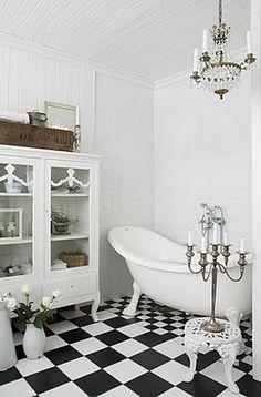 salle de bains shabby chic, plancher blanc et noir