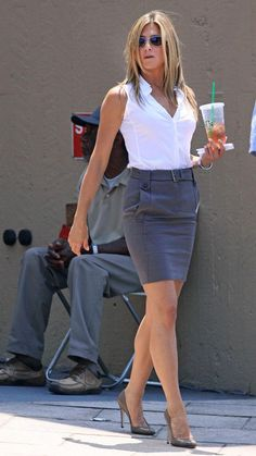 Celebrities in a Pencil Skirt and High Heels Jennifer Aniston im Bleistiftrock am Set von The Bounty Hunter Estilo Jennifer Aniston, Jennifer Aniston Legs, Jenifer Aniston, Mode Outfits, Office Outfits, Skirt Outfits, Sexy Outfits, Short Pencil Skirt, Pencil Skirts