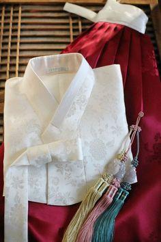 Korean Traditional Dress, Traditional Fashion, Traditional Dresses, Hanbok Wedding, Modern Hanbok, Batik Fashion, Court Dresses, Korean Dress, Red Wedding