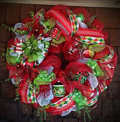 Deco mesh Christmas wreath love this ❤️❤️ Wreath Crafts, Diy Wreath, Christmas Projects, Holiday Crafts, Holiday Decor, Tulle Wreath, Wreath Making, Wreath Ideas, Christmas Door Wreaths
