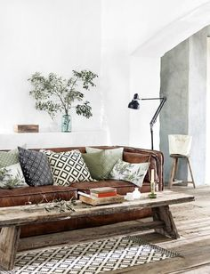 idee deco salon sejour avec canapé en cuir marron foncé et style rustique