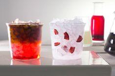 Cseresznyés Cold Brew Limonádé: a Lavazza ¡TIERRA! Colombia Cold Brew, limonádé és feketecseresznye szirup kombinációja, amely enyhén édes és gyümölcsös kávéélményt nyújt. Hozzávalók a hidegfőzésű kávéhoz (cold brew): 8,5 dl víz 1,25 dl 125 ml kotyogósban főtt kávé Hozzávalók a cseresznyés limonádéhoz: 2,5 dl cseresznye szirup 3,8 dl limonádé (üveges) 4 felvágott cseresznye 4 dl higított cold brew (1:1 arányban, 2 dl cold brew + 2 dl víz) 1 pohár zúzott jég Cold Brew kávé Készíts elő hidegen… Lavazza Coffee Machine, Cappuccino Machine, Cherry Fruit, Sour Cherry, Cold Brew Coffee Recipe, Cherry Lemonade, Cherry Syrup, Fruit Drinks, Beverages