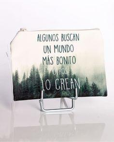 #Monedero plano de tela con el dibujo de un bosque