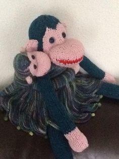 Een mooie aap met haar kleintje naar een patroon van zij maakt. Het