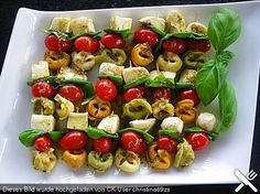 Tortellini skewers, a nice recipe from the cold category. Brunch Recipes, Appetizer Recipes, Snack Recipes, Cooking Recipes, Brunch Buffet, Party Buffet, Party Finger Foods, Party Snacks, Tortellini Skewers