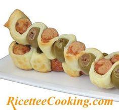 Ingredienti: pasta sfoglia rettangolare, wurstel, olive verdi snocciolate, latte