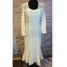 SZ 9/10 GORGEOUS LACE DRESS BY MY MICHELLE Beautiful lace dress with a cutout back and a fluted hem in cream/ivory. Fully lined and gently used My Michelle Dresses Midi