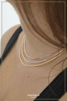 Schlicht, einfach, modern: dieses Collier aus Sterling Silber gibt Ihrem Outfit sofort einen raffinierten Look. Perfekt für ein Business-Chic-Outfit, aber auch einen Laid-Back-Look. Die Kette kann mittels Verlängerungskette an das Dekolleté angepasst werden. Hoop Earrings, Jewelry, Outfit, Modern, Fashion, Necklaces, Ear Piercings, Schmuck, Simple