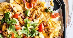 Superhelppo nachopelti on ihanan rentoa syötävää. Tämä nachopelti saa ruokaisuutta broilerista ja makua salsasta sekä juustokastikkeesta. NAM!