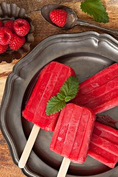 These super berry orange pops are a great rendition of the classic cold summer treat, but without artificial flavors, dyes, or sugars. Healthy Popsicle Recipes, Healthy Popsicles, Healthy Dessert Recipes, Healthy Treats, Healthy Breakfasts, Fruit Popsicles, Homemade Popsicles, Raw Desserts, Homemade Ice