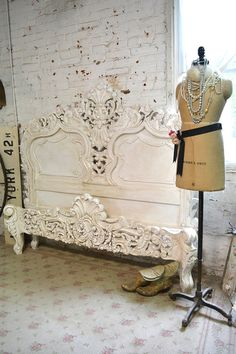 Wow what an amazing bed for your romantic boudoir. FEATURES: Super dramatic bed with lots of detail and carvings. Complete with footboard,