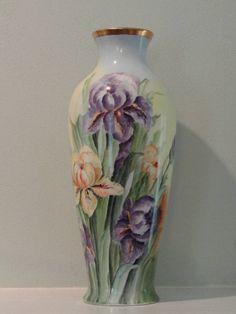 """Vase aux iris - Signé Benningman. Porcelaine peinte. approx. 17 1/2"""" H, 6 1/2 """" W."""