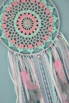 15 crochet dream catcher patterns and tutorials – Artofit Crochet Home, Love Crochet, Crochet Crafts, Crochet Projects, Diy Crochet, Crochet Dreamcatcher Pattern, Crochet Mandala Pattern, Crochet Doilies, Crochet Patterns