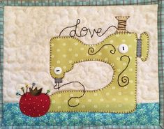 Sew in Love Sewing Machine Mug Rug PDF Pattern from Quilt Doodle Designs Patchwork Quilt Patterns, Mug Rug Patterns, Crazy Patchwork, Patchwork Ideas, Sewing Machine Quilting, Machine Embroidery, Machine Applique Designs, Small Quilts, Mini Quilts