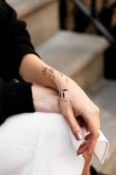 A coronary heart in your finger, a flower in your Hand Tattoos Frauen. Hand tattoos are the development. Hand Tattoos, Cool Wrist Tattoos, Awesome Tattoos, Pretty Tattoos, Tattly Tattoos, Letter Tattoos, Ankle Tattoo, Forearm Tattoos, Flower Tattoos