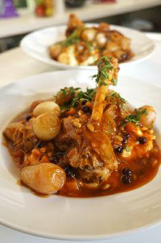 Μπιφτέκια σολομού Μπρόκολο σοταρισμένο με σταφίδες και καρύδια  Αρνίσιο κότσι με γλυκόξινα κρεμμυδάκια Κουλούρια Θεσσαλονίκης Φλωρεντίνες με σοκολάτα και καφέ Food, Essen, Meals, Yemek, Eten