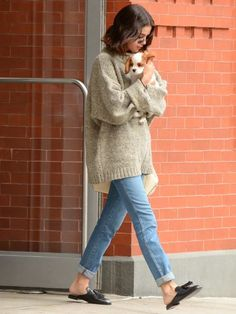 On Wednesday a 'devastated' Selena Gomez held her beloved puppy tight on the s. On Wednesday a 'devastated' Selena Gomez held her beloved puppy tight on the s. Selena Style, Selena Selena, Selena Gomez Outfits Casual, Selena Gomez Fashion, Lucy Hale Outfits, Celebrity Casual Outfits, Fashion Mode, Look Fashion, Autumn Fashion