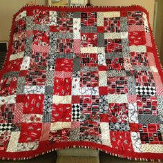 I want gran to help me make this (Ruth Vanparys) Rag Quilt, Scrappy Quilts, Baby Quilts, Red And White Quilts, Black Quilt, Sports Quilts, Quilting Tutorials, Quilting Ideas, Arkansas Razorbacks