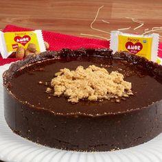Torta de Chocolate com Paçoca AMOR Experimente a deliciosa combinação de chocolate com paçoca AMOR! #chocolate #torta #paçoca #sobremesa #arcor