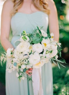 Mint bridesmaid + bouquet | Photography: Samantha Kirk