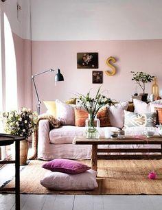 Verf je muren in twee verschillende tinten die bij elkaar passen, zo wek je de indruk dat de ruimte veel hoger is.