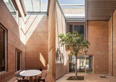 Casa 1014 por H Arquitectes. Fotografía © Adrià Goula. Señala encima de la imagen para verla más grande.
