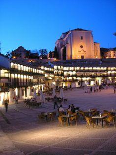 Chinchón. Chinchón es un municipio español que se encuentra en el sureste de la Comunidad de Madrid, en la comarca de Las Vegas, a cuarenta y cuatro kilómetros de la capital.