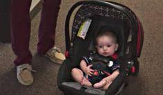 Ze draagt de autostoel van haar kind niet over haar arm. Er is namelijk een makkelijkere manier.