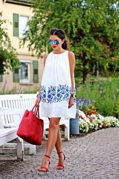 Loose white dress with blue embroidery and red handbag. Summer chic outfit not just for a posh beach club Look Fashion, Street Fashion, Womens Fashion, Fashion Trends, Fashion 2015, Blue Fashion, Mode Chic, Mode Style, Summer Chic