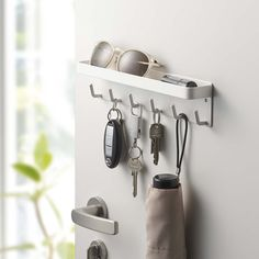 スチールの玄関扉に貼り付けて小物を収納!「マグネットキーフック&トレイ スマート」のご紹介です。マグネットが付いているので、磁石の貼りつく玄関扉などに貼り付けて玄関で使う様々な小物を収納することができます。トレイにはよく使うハンコやペン、レターなどを。フックもついているので鍵や折り畳み傘、靴べらなどを収納することができます。木ネジも付属しているので、壁面に取り付けてもお使いいただけます◎ ■SIZE:約W24.5×D4.5×H6cm #home#smart#玄関収納#エントランス#玄関#キーフック#インテリア#ホワイトインテリア#モノトーンインテリア#整理整頓#整理収納#暮らし#丁寧な暮らし#シンプルライフ#おうち#収納#シンプル#モダン#便利#おしゃれ #雑貨 #yamazaki #山崎実業