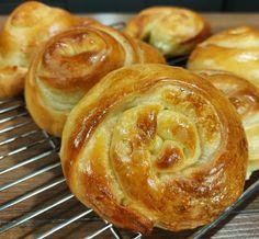 Πιτάκια στριφτά με φέτα από το Live Kitchen (βίντεο) Muffin, Bread, Breakfast, Food, Morning Coffee, Brot, Essen, Muffins, Baking