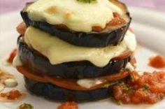 Millefeuille d'aubergines gratinées, mozzarelle et sauce tomate