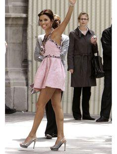 La robe de mariée d'Eva Longoria Eva Longoria n'a pas choisi le blanc pour son mariage avec Tony Parker. Pour la cérémonie à la mairie, elle est arrivée dans une mini-robe rose en mousseline Chanel Haute-Couture. Un choix original qui mettait en valeur son petit gabarit (1m57).