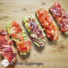 Tostas de aguacate, jamón y tomate para un desayuno saludable