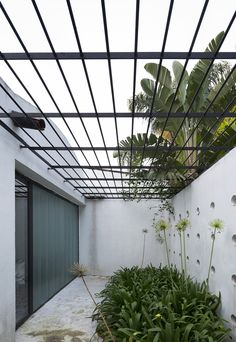 Image 1 of 36 from gallery of HQ House / Fernando De Rossa + Virginia Miguel. Photograph by Federico Cairoli Pergola With Roof, Pergola Attached To House, Pergola Plans, Diy Pergola, Black Pergola, Pergola Kits, Patio Railing, Patio Roof, Casa Patio