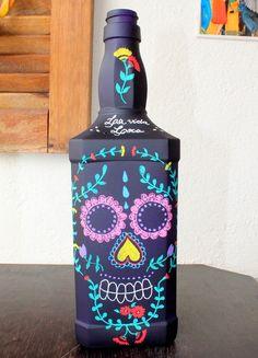 Garrafa pintada Caveira Mexicana                                                                                                                                                                                 Mais Reuse Bottles, Painted Wine Bottles, Painted Jars, Painted Wine Glasses, Hand Painted, Wine Bottle Art, Wine Bottle Crafts, Halloween Crafts, Halloween Decorations