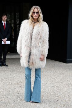 Steal Poppy Delevingne's Boho-Rocker Fur And Flared Jeans Look (Le Fashion) Steal Poppy Delevingne's Boho-Rocker Fur And Flared Jeans Look Fashion Week Paris, Paris Street Fashion, Poppy Delevingne, Modell Street-style, Winter Stil, Looks Street Style, Moda Paris, Winter Mode, Look Fashion