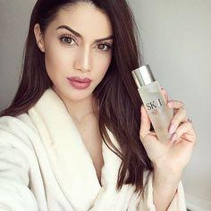 """You guys know that I am a skincare fanatic! I love to start my daily skincare routine with the @SKII Facial Treatment Essence before applying my makeup (and even pat a little on after makeup! ) It helps to improve my complexion and gives my skin a glow! ❤ LOVE! #myEssence #inpartnershipwithSKII ------ Vocês sabem que eu amo produtos que cuidam da pele ne?! Faço a rotina completa, hidratante, toner, essence, cremes, mascara etc... Haha E vim dividir o quanto estou adorando esse """"essence"""" da…"""