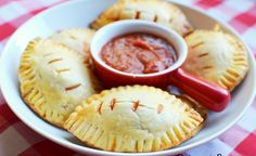 Football Pizza Pockets recipe featured on DesktopCookbook. Ingredients for this Football Pizza Pockets recipe include 1 pack pie crust or pizza crust, Pizza sauce, Pepperoni, and Mozzarella Cheese. Create your own online recipe box. Healthy Superbowl Snacks, Football Snacks, Game Day Snacks, Snacks Für Party, Game Day Food, Pizza Snacks, Football Recipes, Football Banquet, Parties Food