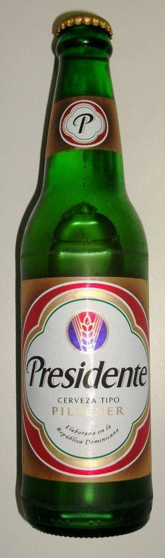 Cerveja Presidente, estilo Standard American Lager, produzida por Cerveceria Nacional Dominicana, República Dominicana. 5% ABV de álcool.