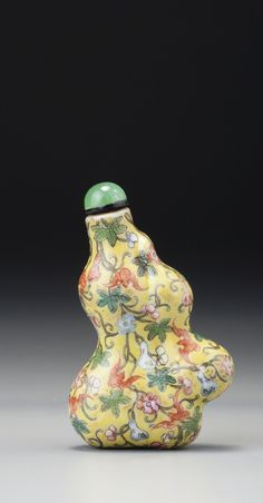 A YELLOW-GROUND FAMILLE ROSE PORCELAIN 'DOUBLE-GOURDS' SNUFF BOTTLE QING DYNASTY, QIANLONG / JIAQING PERIOD